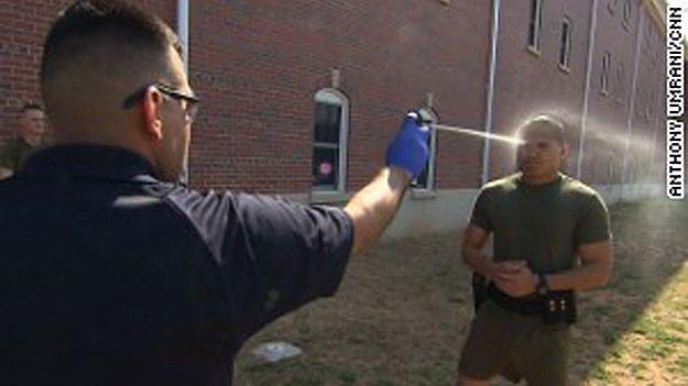 Перцевий спрей - один з елементів підготовки бійців, що захищають американські посольства