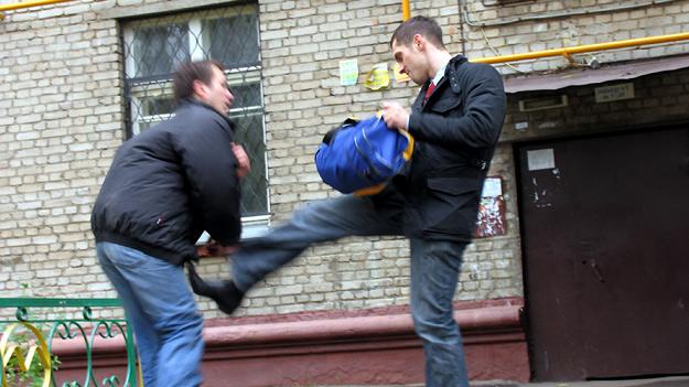 Як захиститься на вулиці від нападу випадкових агресорів (тактика і безкровні варіанти порятунку)