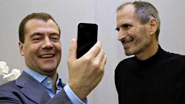 В 2010 году Дмитрий Медведев получил iPhone от Стива Джобса