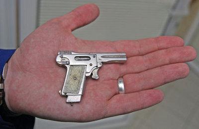 Занимаются сексом с оружиев в руках